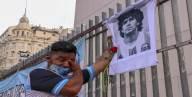 العالم يبكي مارادونا.. والعرب: هل يجوز الترحّم على كافر؟
